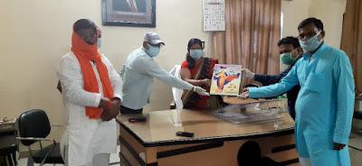 अरुण कुमार गुप्ता का कोरोना बचाव एवं सेनेटाइजर वितरण अभियान पहुँचा कोंच  Reporter Sanjeev Sipaulya                                     www.upviral24.in