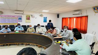 जिलाधिकारी की अध्यक्षता में लोक सभागार में कोविड-19 की रोकथाम हेतु बैठक