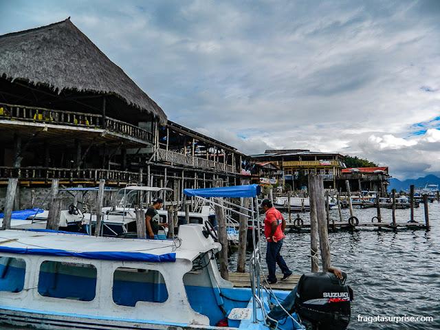 Porto de Panajachel, local de partida das embarcações para os povoados do Lago de Atitlán, Guatemala