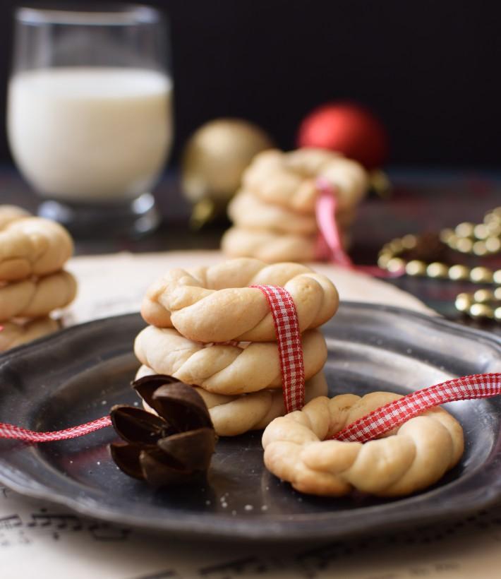 Rosquitas caracheras servidas con leche, recuerdos de navidad
