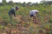 Babinsa Koramil 420-04/Sarolangun Bantu Warga Membersihkan Tumbuhan Penggangu