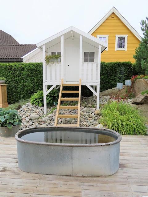 Å ha terrasse som hage - her er lekestuen en trapp opp fra terrassen IMG_3398 (2)-min