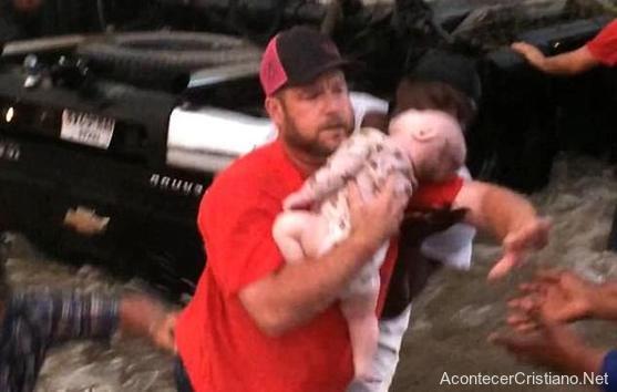 Hombre rescatando a un bebé ahogado en río
