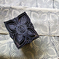 Çiçek desenli dikdörtgen bir klişe ve bu klişe ile yapılmış baskılı kumaş