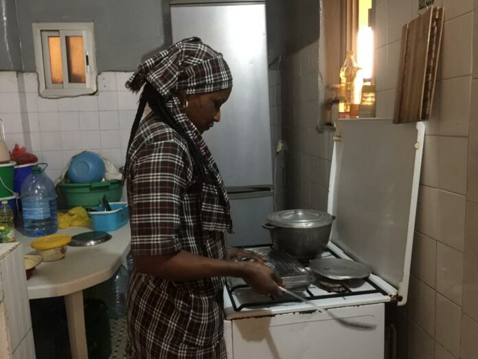 """Des bonnes """"mbindanes"""" à tout faire au Sénégal : Cuisine, femmes, filles, ménage, domestique, bonne, mbindanes, maison, foyer, nettoyage, repas, plat, surveillance, enfant, LEUKSENEGAL, Dakar, Sénégal, Afrique"""