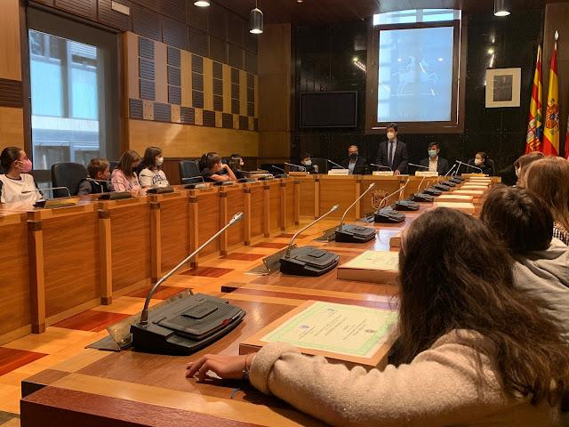 Mirad a Sara sentada al lado de nuestro Concejal del Consejo Escolar, Fernando Laborda.