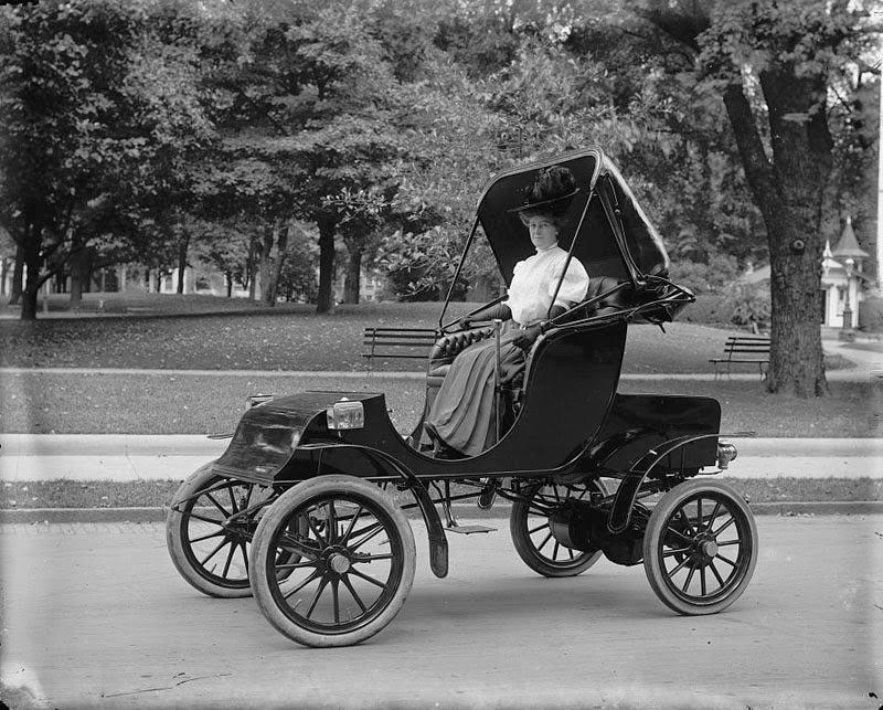 Женщина за рулём старинного автомобиля