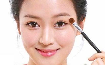 Mau Tampil Cantik? Coba Cara Pakai Make Up Sendiri Ini Dirumah