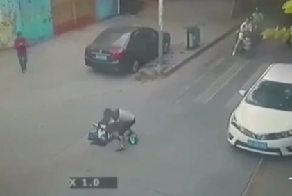 Horrific Moment Man Stabs His Wife To Death In The Middle Of The Street (video)