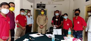 पुलिस अधीक्षक कार्यालय उरई में स्थापित कोविड-19 केयर हेल्प डेस्क पर रेडक्रास टीम द्वारा फरियादियों को सोशल डिस्टेंसिंग का पालन करने हेतु जागरूक किया -पुलिस अधीक्षक जालौन                                                                                                                                                      संवाददाता, Journalist Anil Prabhakar.                                                                                               www.upviral24.in