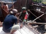 Babinsa Gotong Royong Membangun Rumah Warga Manisrenggo