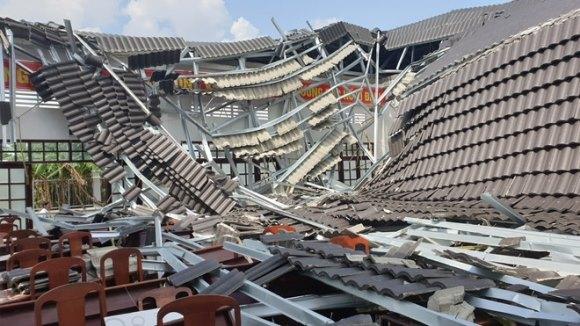 Dân bất ngờ với hội trường khu hành chính xây 15 tỉ sập tan nát sau vài tháng sử dụng