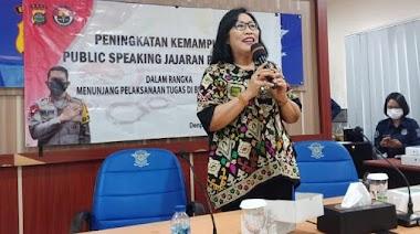 Santy Sastra Berbagi Materi Public Spekaing Untuk Peningkatan Kemampuan Public Speaking Jajaran Polda Bali