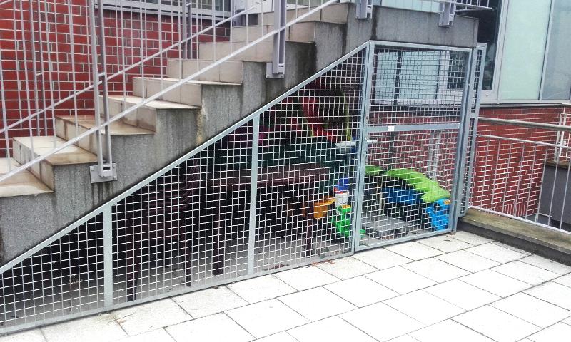 Zagospodarowanie przestrzeni pod schodami. Utworzony w ten sposób schowek pomieścił wszystkie akcesoria ogrodowe.  Szeroko otwierane drzwi ułatwiają dostęp do przechowywanych rzeczy. Realizacja - firma MJ Partner