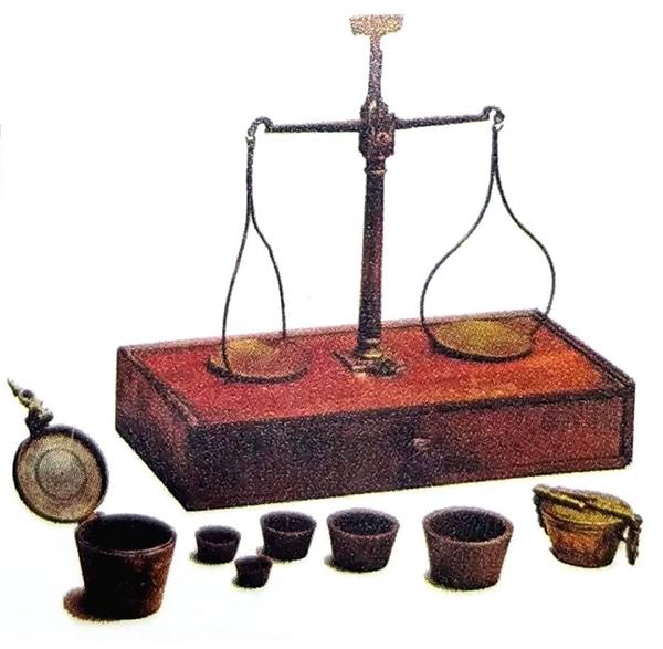 Medidores de ouro em pó e balança para ouro dos séculos XVIII e XIX. (Museu da Inconfidência, Ouro Preto, MG)