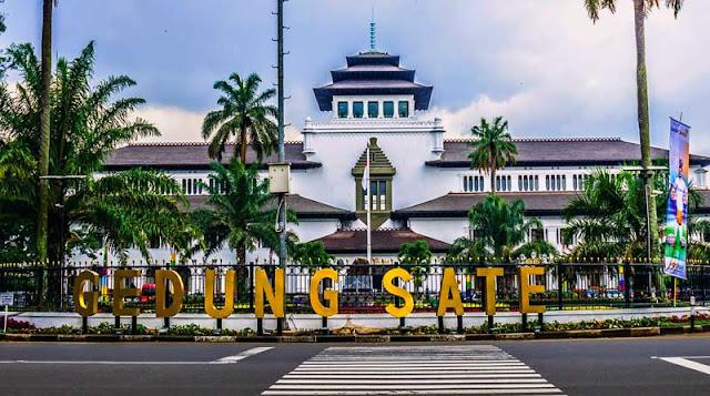 adalah sebutan bagi Bandung yang diibaratkan sebagai Paris Sejarah Kota Bandung, Jawa Barat