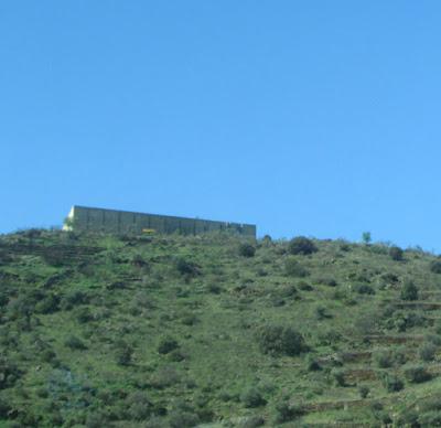 construção no alto de uma montanha