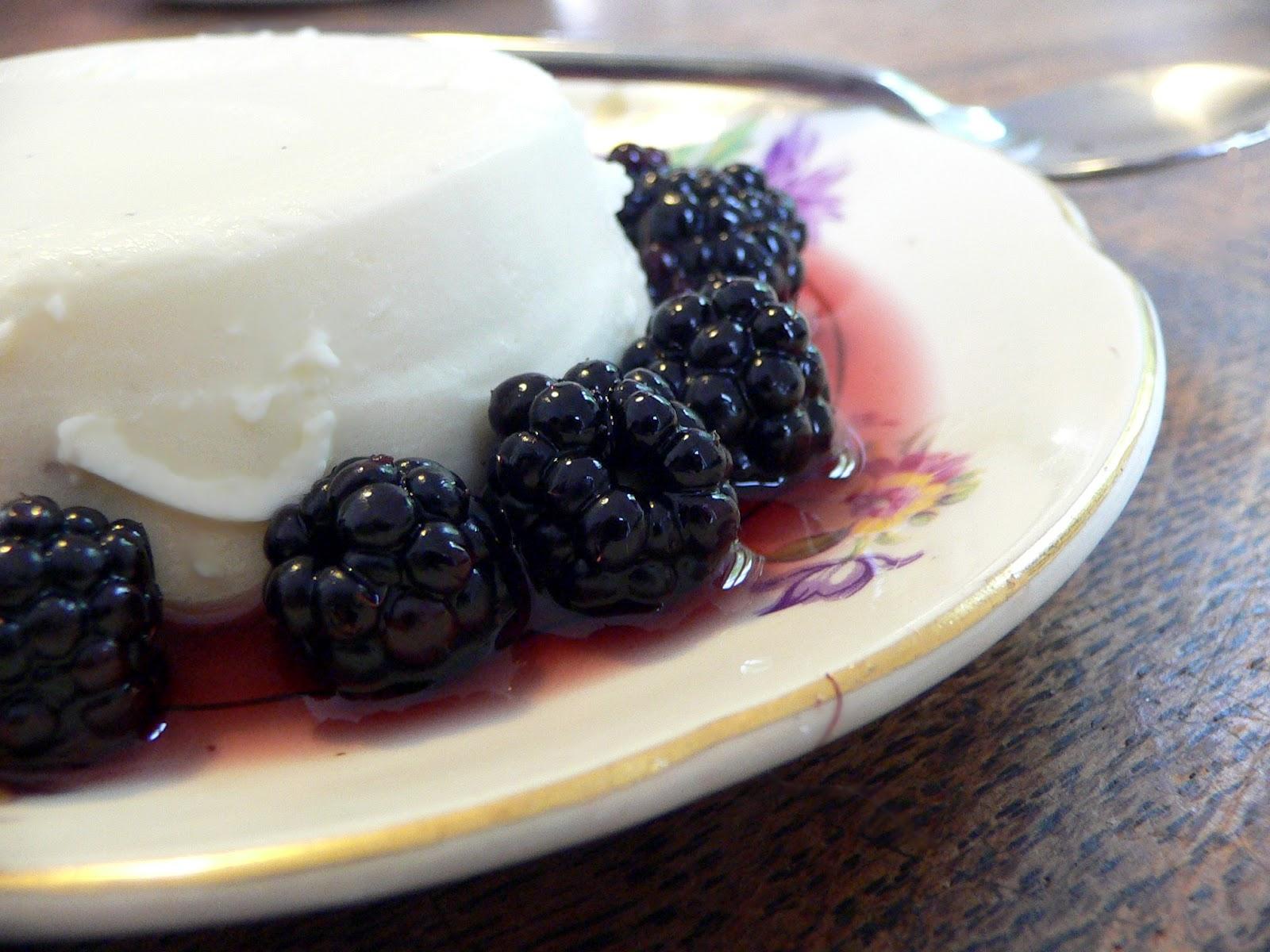 Panna cotta met vanille en bramen gemarineerd in crème de casis