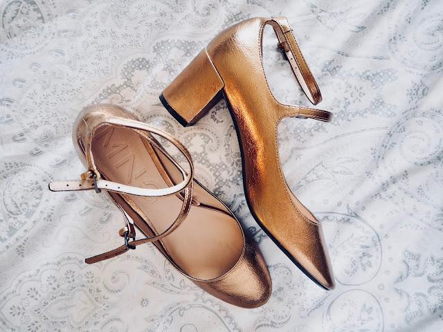 photo-zapatos-mary-jane-dorado-mango