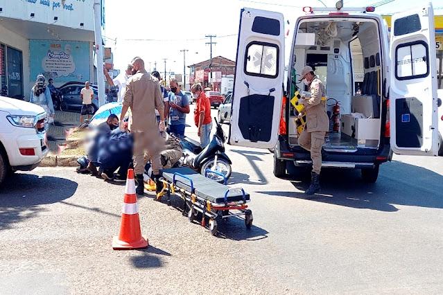Mulher fica ferida após ser atingida por caminhonete em semáforo
