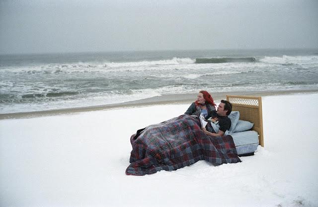Una de las ensoñaciones del personaje de Jim Carrey, junto a Kate Winslet en esta escena en la playa