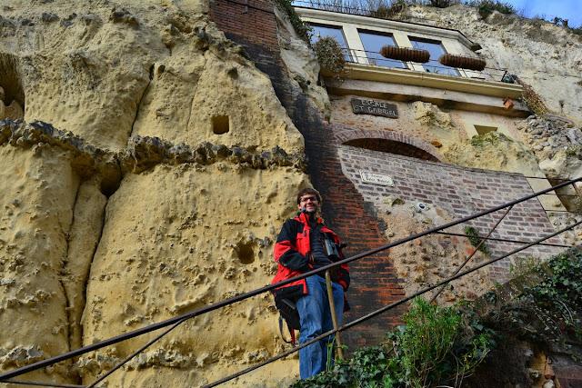 Le tuffeau est une roche meuble, facilement creusée. Le village abrite un nombre impressionnant de maisons souterraines.