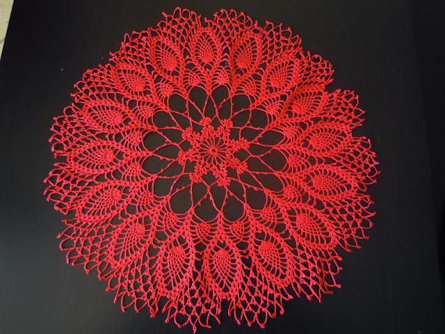 centro-natalizio-rosso-realizzato-ad-uncinetto