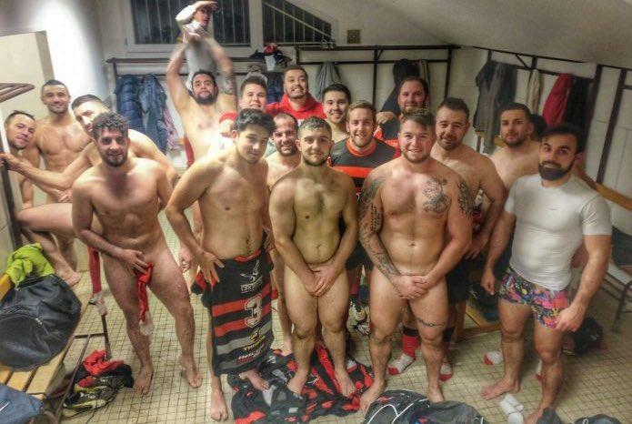 futbolistas desnudos en camerinos