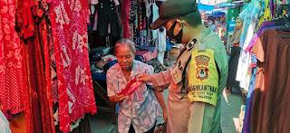 Bhabinkamtibmas Tabaringan Bagikan Masker dan Berikan Imbuan Prokes di Pasar Cidu