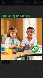 дети за столом проводят эксперимент детскими игрушками