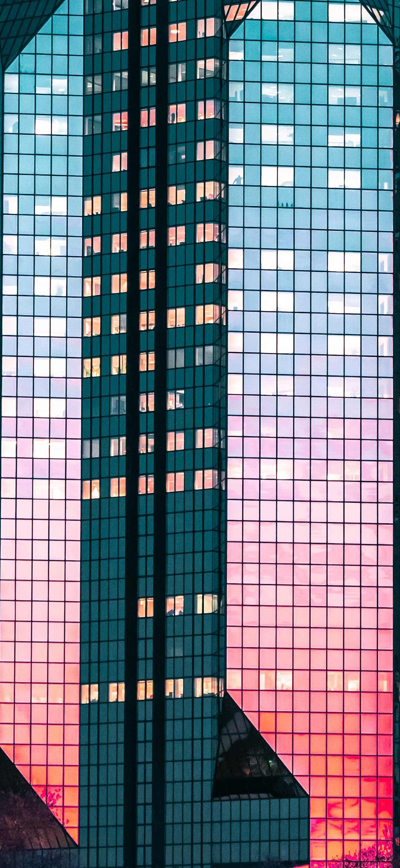 خلفية انعكاس الشفق على مبنى زجاجي