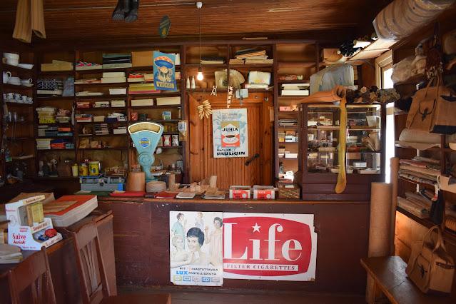 Kaupan tiski ja tuotteita Honkakylän kauppamuseossa.