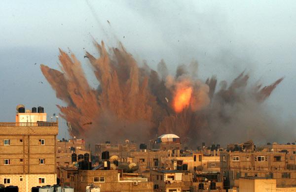 Resultado de imagem para Israel bombardeia Faixa de Gaza