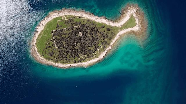 Trông cute vậy thôi, đảo cá Gaz thuộc quần đảo Brijuni (Croatia) là điểm khảo cổ, văn hóa quan trọng của thế giới - nơi cất giấu nhiều công trình khảo cổ có giá trị như 200 dấu chân khủng long thời cổ đại.