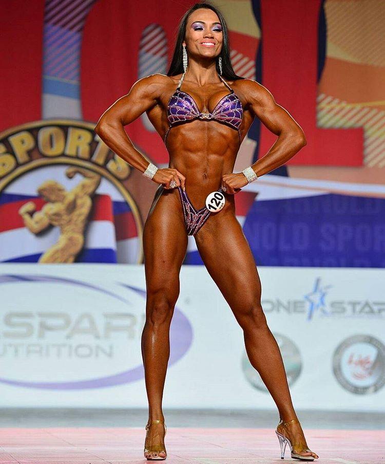 A atleta Michele Silva no palco do Arnold Amateur 2016. Foto: Divulgação