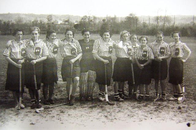 Equipo de hokey de la Agrupación Deportiva Femenina hacia 1934 (Fototeca de Asturias)