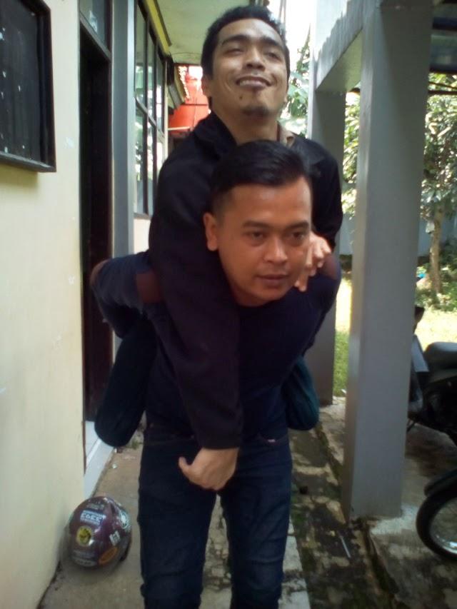 Luar Biasa! Kepala Dusun Gendong Warga Disabilitas untuk Perekaman e-KTP