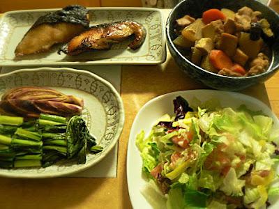 夕食の献立 鶏肉の根菜煮 銀だら照り焼き サーモンサラダ お新香