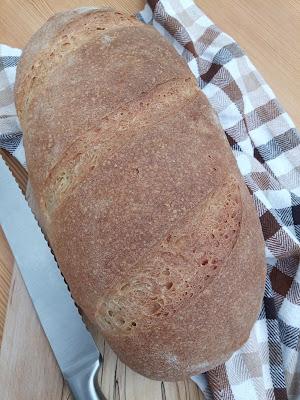 Pane greco di semola con lievito madre e olio d'oliva extravergine, impastato a mano.
