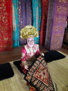 Lily Rosyadah dalam busana adat Minang di Istana Pagaruyung