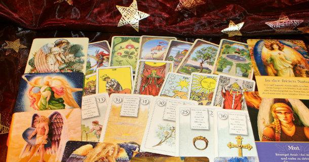 Les cartes retournées du tarot divinatoire gratuit ne laissent rien présager du tirage