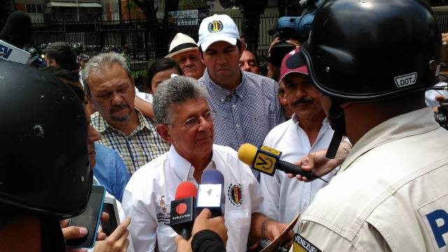 Ramos Allup se sentó en la Libertador a la espera del defensor del pueblo
