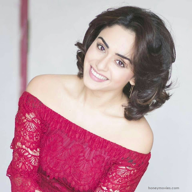 Amruta Khanvilkar Happy Photos