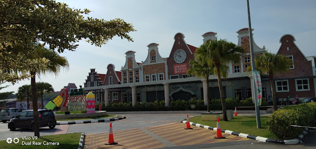Shopping raya di Freeport A'Famosa Outlet
