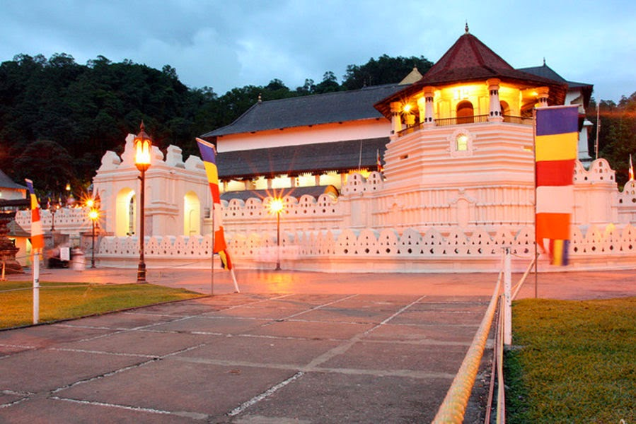 SRI DALADA MALIGAWA (TEMPLE OF THE TOOTH).  10 Places Not to Miss in Srilanka