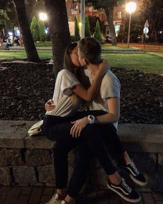 foto de pareja tumblr besándose en plaza