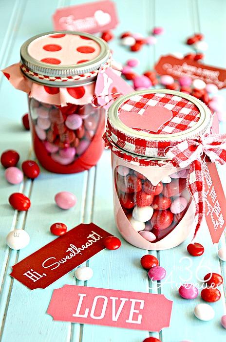Un bote bonito con sus dulces favoritos, para regalar en San Valentín