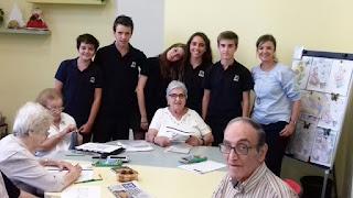 Usuàries, alumnes i terapeuta al taller d'estimulació cognitiva d'Aviparc