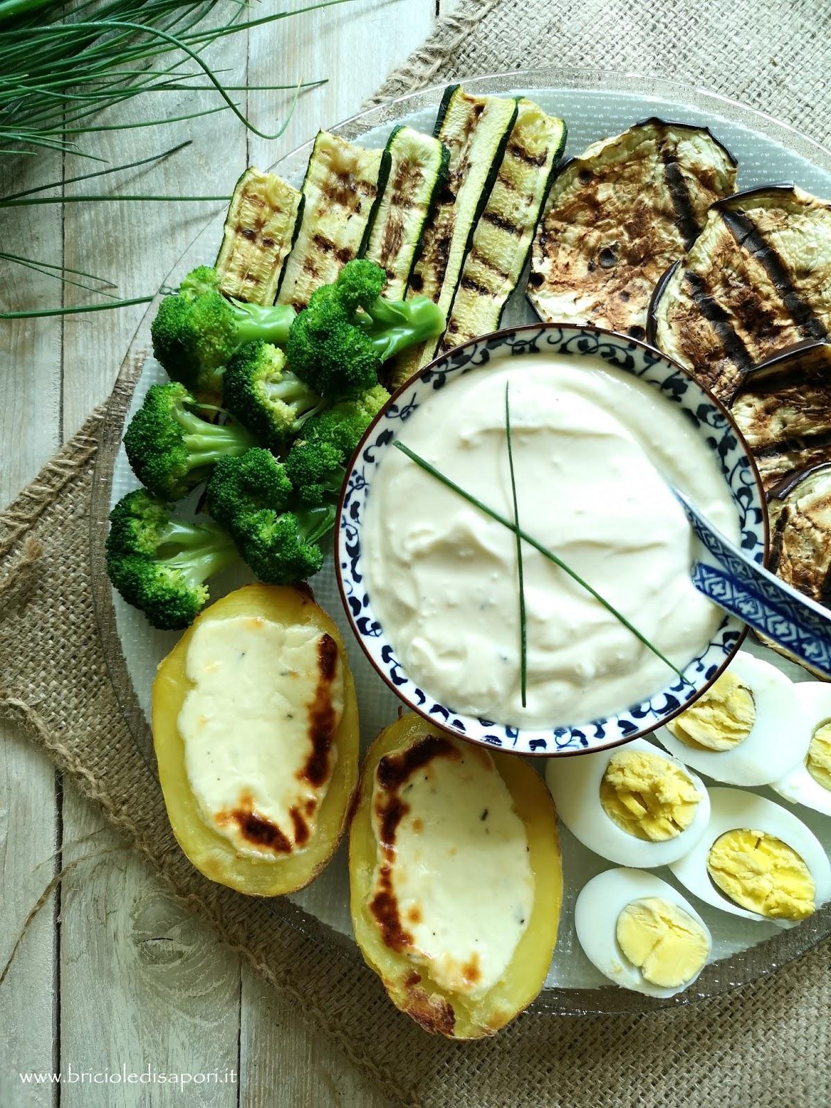 piatto vegetariano di verdure miste con crema di crescenza