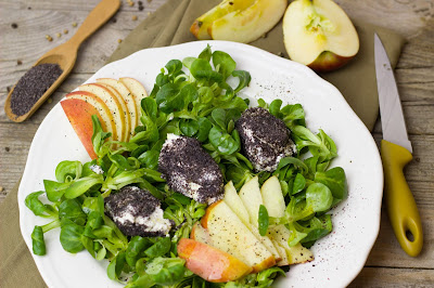 Feldsalat mit Käse-Mohn-Nockerl und Apfel